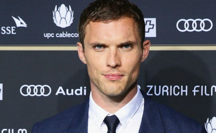https://celebsline.com/wp-content/uploads/2018/12/Ed-Skrein.jpg