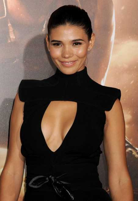 paloma jimenez flaunts cleavage in sexy black outfit